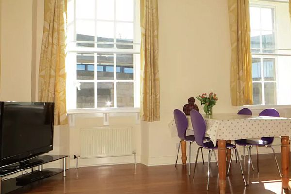 Spacious One Bed Holiday Let Property In Edinburgh's Old Town